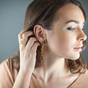 Vergoldete Ohrringe mit Edelsteinen