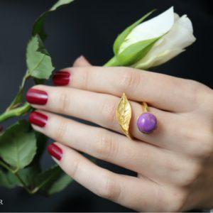 Vergoldeter Ring mit Messingblatt und Edelstein
