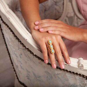 Vergoldeter Ring mit Chalcedon verziert