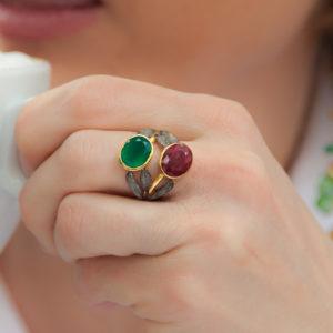 Vergoldeter Ring mit schwarzes Rhodium und Edelstein verziert