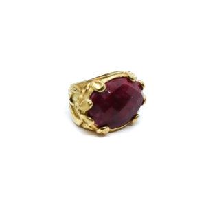 Vergoldeter Ring mit Edelsteinen verziert