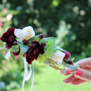 Blumenkranz in Dunkelrot und Weiß