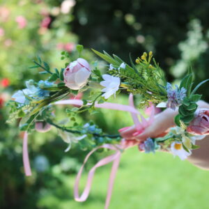 Zarte Blumenkranz in Rosa-Weiß